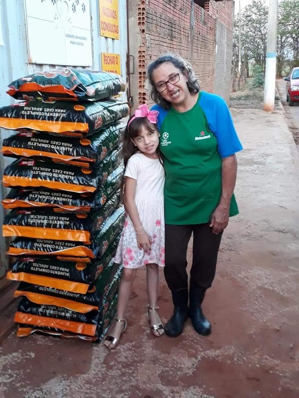 Ana Letícia com Maria Cristina Nicola, uma das responsáveis pela limpeza do abrigo a ONG Apar em Ibitinga — Foto: Arquivo Pessoal