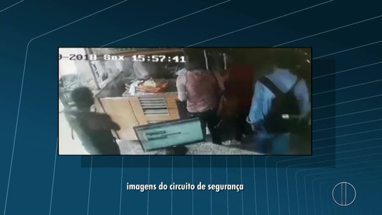 Dois homens assaltam padaria no bairro Turf Clube, em Campos, RJ; vídeo