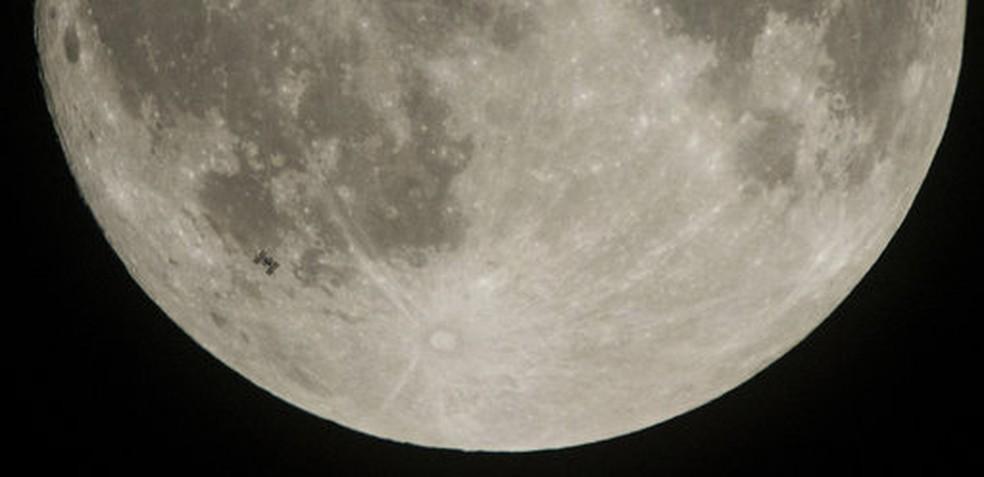 A foto acima é um registro da equipe da Estação Espacial Internacional  (Foto: Nasa/Joel Kowsky/AP)