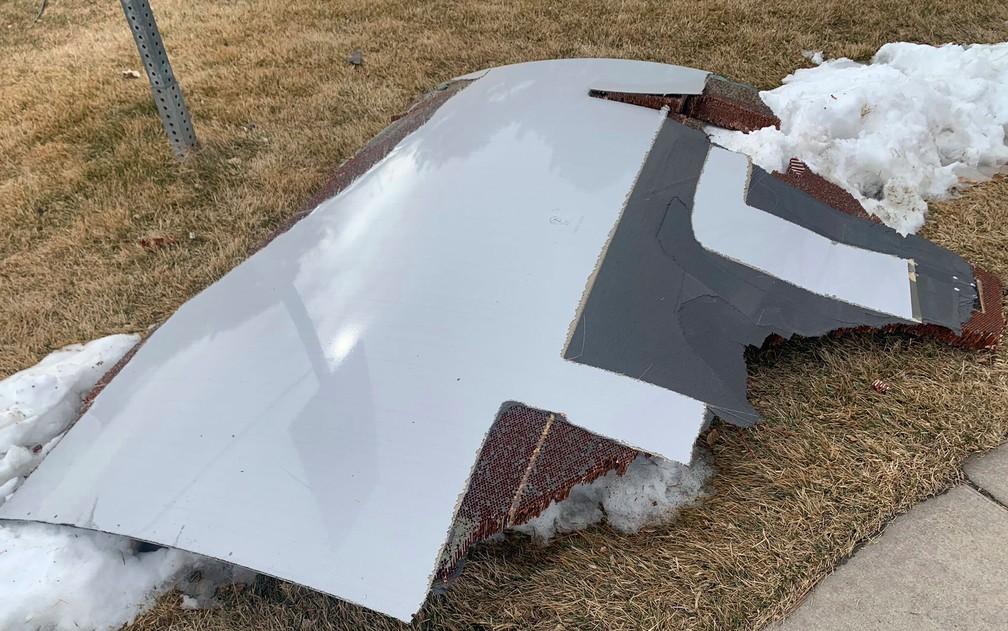 Destroços de avião da United Airlines que caíram em subúrbio em Denver, no sábado (20) — Foto: Broomfield Police Department via AP
