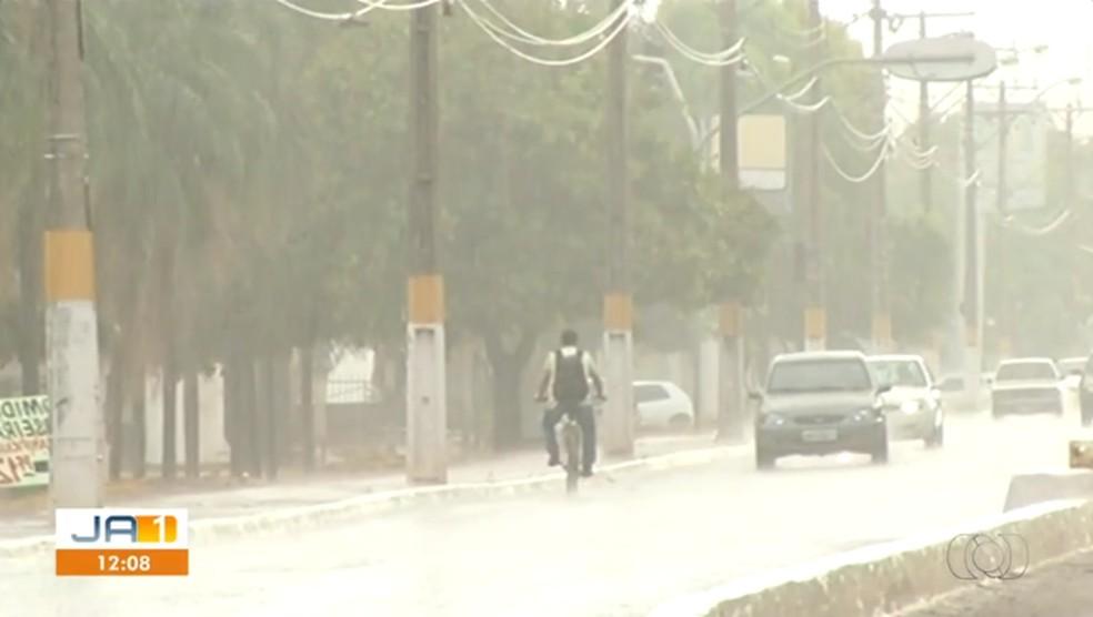 Chuva fora de época teve até granizo em Gurupi (Foto: Reprodução/TV Anhanguera)