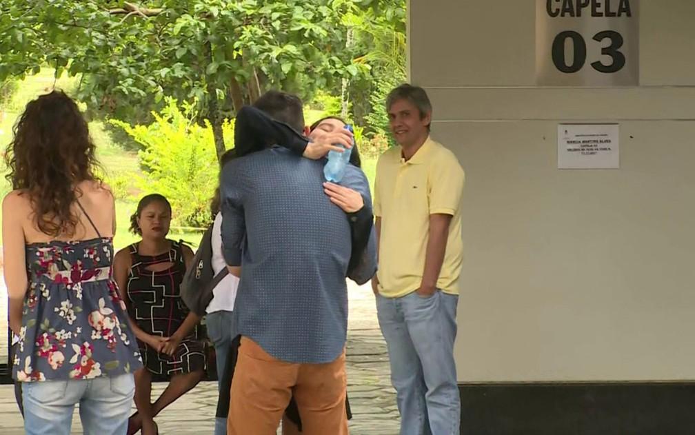 -  Parentes se emocionam durante velório de Márcia Cabrita  Foto: Reprodução GloboNews