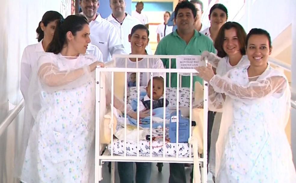 Davi Miguel, levado por equipe médica de hospital em Franca  — Foto: Márcio Meireles/EPTV/Arquivo