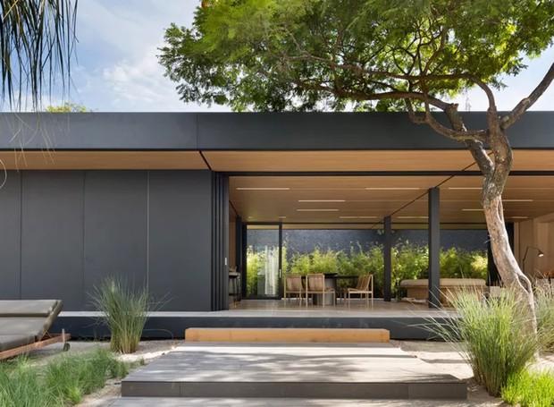 A casa foi feita a partir de materiais reciclados e está à venda para compradores. O estúdio Arthur Casas e a emrpesa SysHaus ainda lançaram modelos similares no próximo ano (Foto: Filippo Bamberghi)