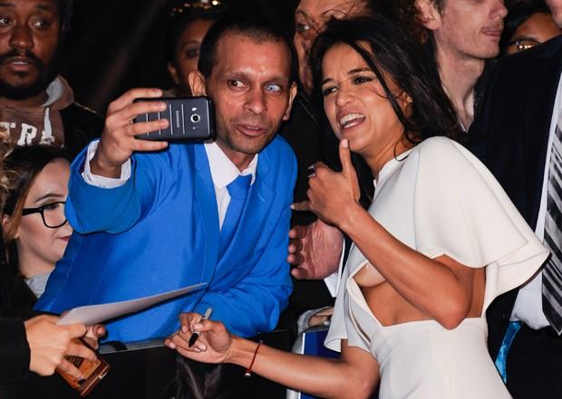 Michelle Rodriguez e fãs (Foto: Grosby Group)