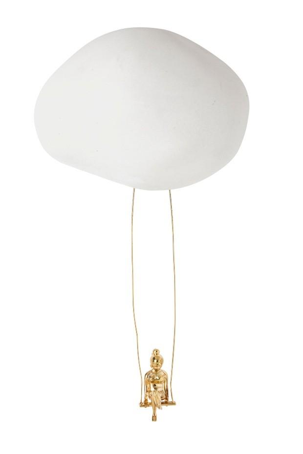 Enfeite Pedra Nuvem, de cerâmica e latão com banho de ouro, 10 x 15 x 8 cm. Loja It, R$ 725 (Foto: Lucas Fonseca / Flare Fotografia)