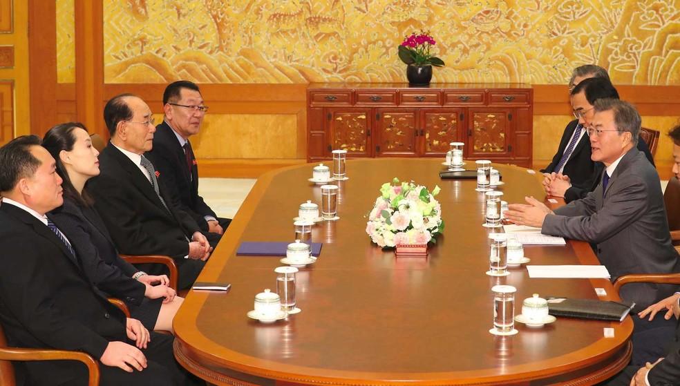 -  O presidente da Coreia do Sul, Moon Jae-in  3ª à direita , conversa com Kim Yo-jong  2ª L , irmã do líder norte-coreano Kim Jong-um, durante encontro
