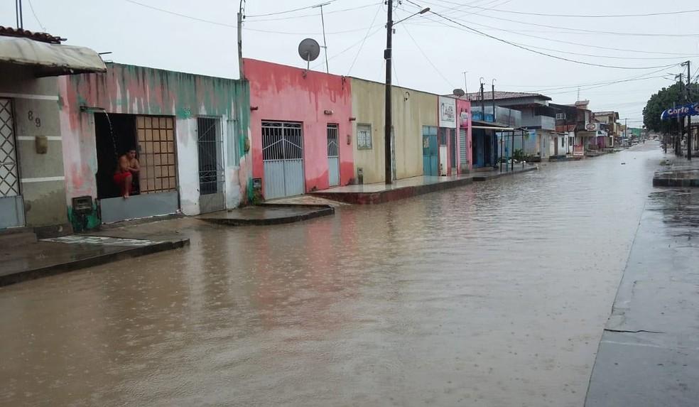 Rua Tijuana, no Nova Natal, está alagada (Foto: Sérgio Henrique Santos/Inter TV Cabugi)