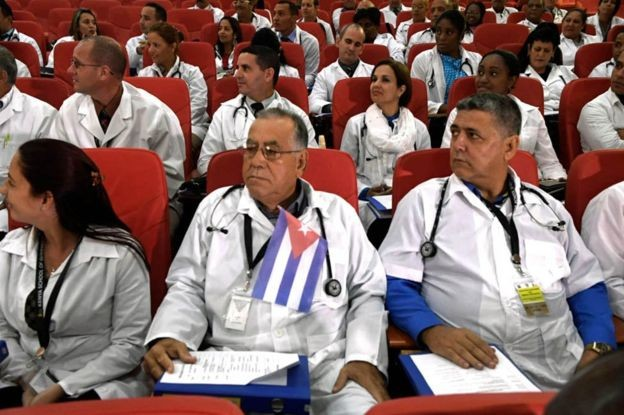 Médicos cubanos sendo recebidos para trabalhar no Quênia (Foto: Getty Images via BBC News)