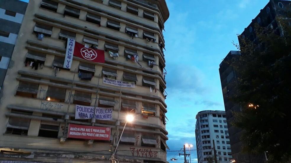 Ato deste sábado ocorre em frente à ocupação Marielle Franco (Foto: Marina Meireles/G1)