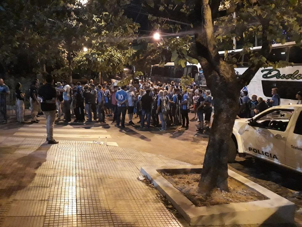 Torcida gremista reunida na entrada do estádio La Olla (Foto: Beto Azambuja)