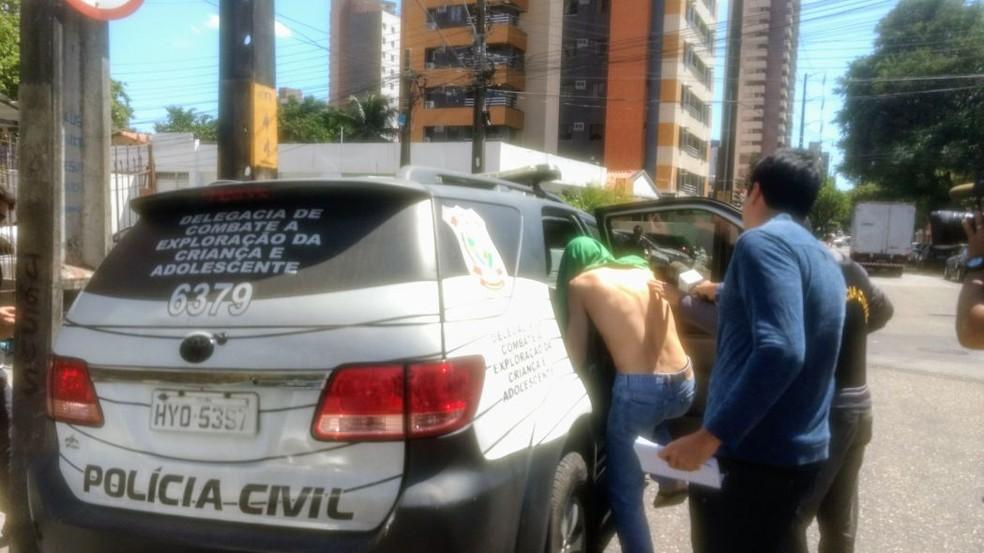 Empresário foi conduzido para a Dececa sob suspeita de manter filhos em cárcere privado (Foto: Valdir Almeida/G1CE)