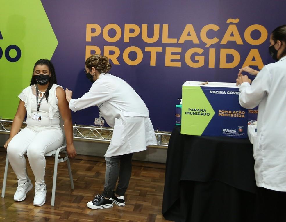 Enfermeira Lucimar Josiane de Oliveira foi a primeira pessoa a ser vacinada contra a Covid-19 no PR — Foto: Giuliano Gomes/PR Press
