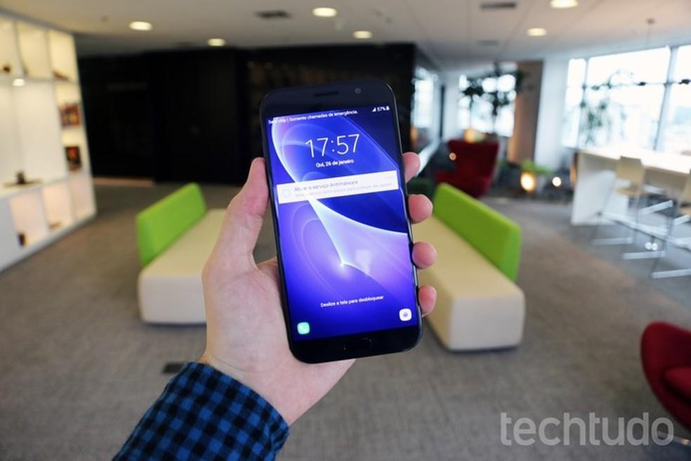O Galaxy A7 2017 conta com uma tela de 5,7 polegadas (Foto: Thássius Veloso/TechTudo)