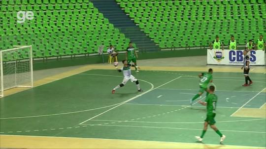Jogador recebe do goleiro, tira dois da marcação com toque de peito e marca golaço no futsal; assista