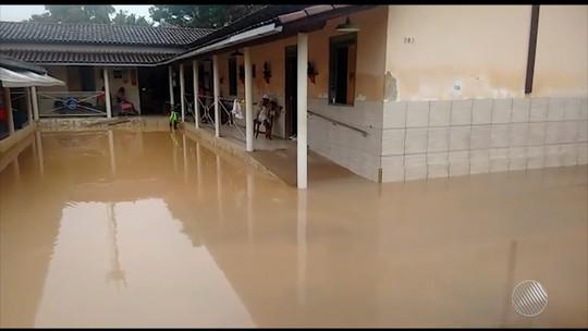 Cratera se abre em rodovia e casas alagam no extremo sul e sudoeste da Bahia após chuva forte