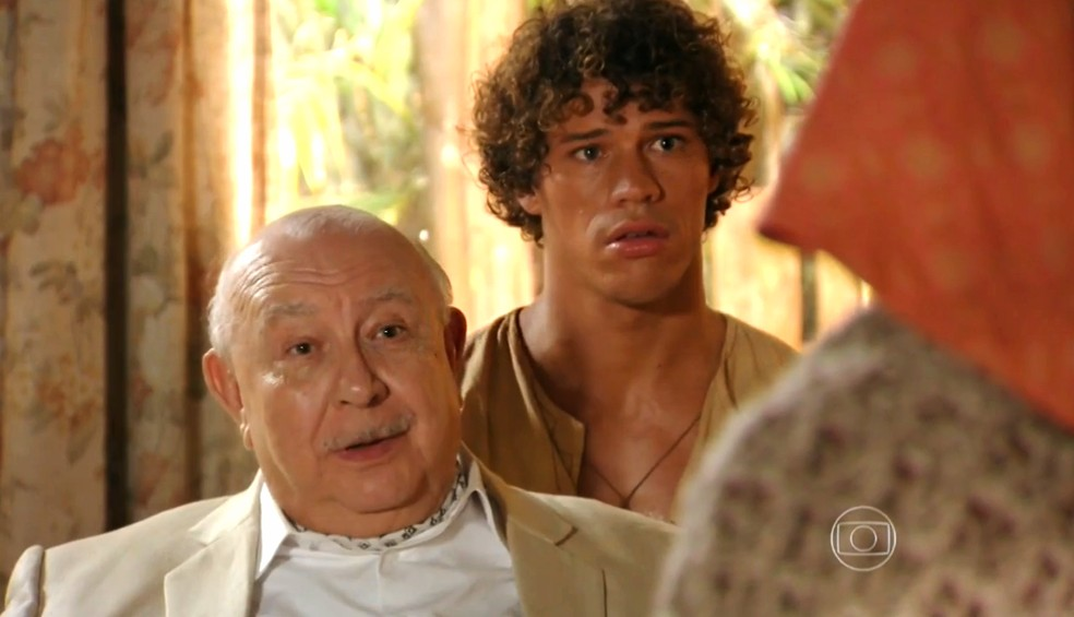 Dionísio (Sérgio Mamberti) diz a Veridiana (Laura Cardoso) que deseja fazer um convite a Candinho (José Loreto) - 'Flor do Caribe' — Foto: Globo