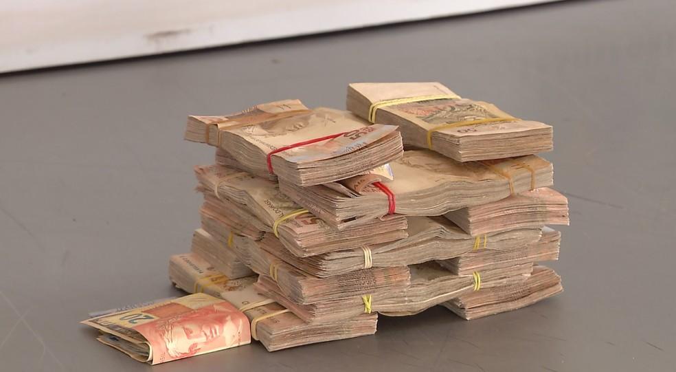 Dinheiro estava em um carro com placas de Santa Terezinha de Itaipu; suspeitos devem responder por evasão de divisas (Foto: Reprodução/RPC)