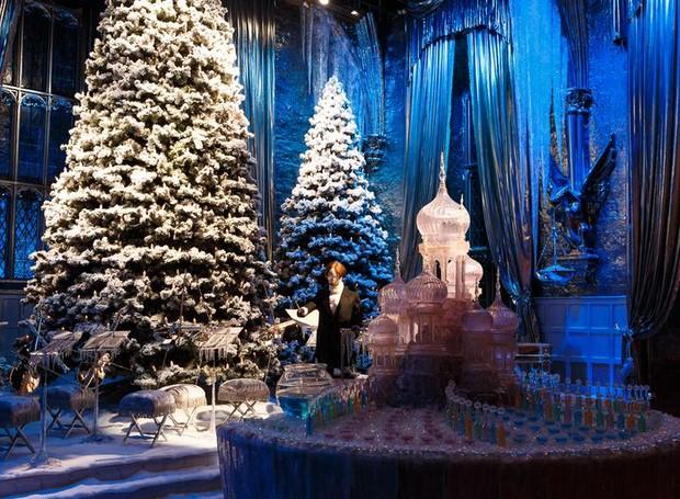 As árvores cobertas por neve e esculturas de gelo imitam perfeitamente o cenário dos filmes (Foto: Warner Bros./ Reprodução)