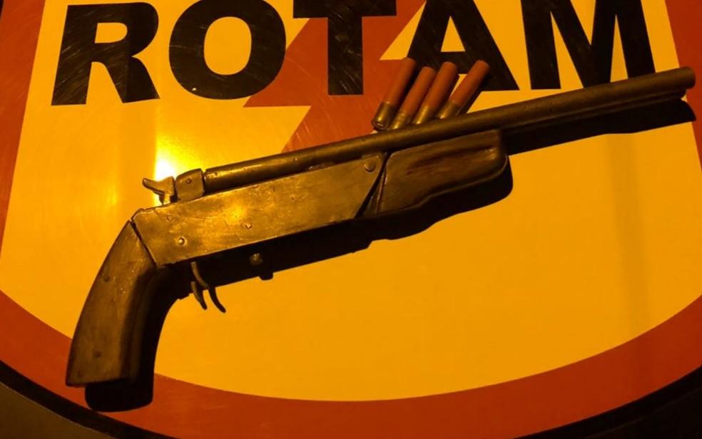 Arma de um dos criminosos foi apreendia em Aparecida de Goiânia (Foto: Polícia Militar/Divulgação)