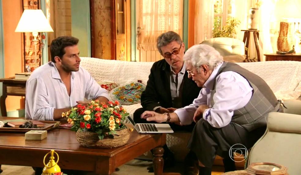 Samuel (Juca de Oliveira) diz a Duque (Jean Pierre Noher) e Cassiano (Henri Castelli) que eles acharam milhões de dólares em pedras preciosas - 'Flor do Caribe' — Foto: Globo