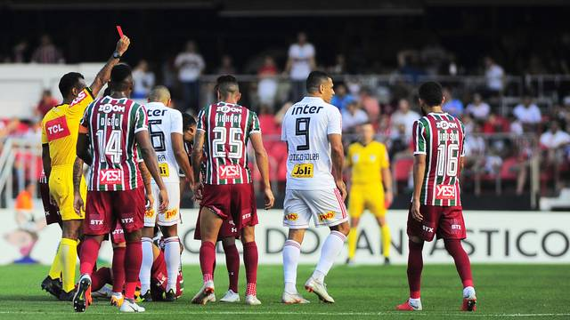 Diego Souza foi expulso ainda no primeiro tempo