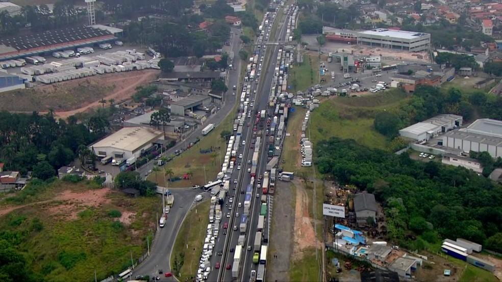 Rodovia Régis Bittencourt, em São Paulo, bloqueada por caminhoneiros na manhã de 25 de maio  (Foto: Reprodução/TV Globo )