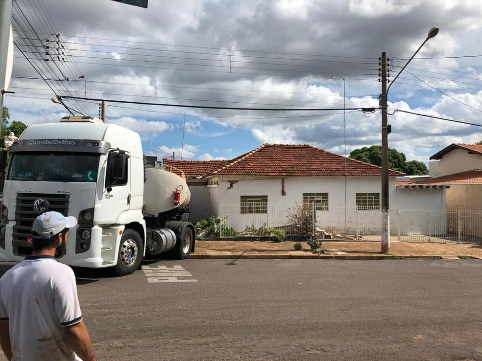 Traseira do caminhão-tanque bateu em portão e invadiu a casa em Palmeira D'Oeste — Foto: Arquivo Pessoal