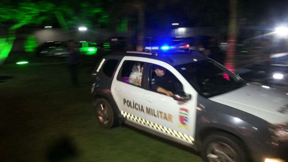 Noiva chega ao casamento em carro da Polícia Militar, no RN (Foto: Adriano Augusto)