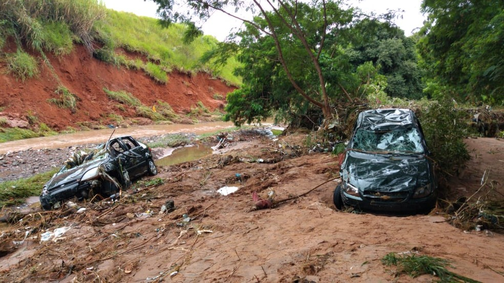 Mãe e filha morreram após ser arrastado pela chuva em Bauru — Foto: César Evaristo/TV TEM