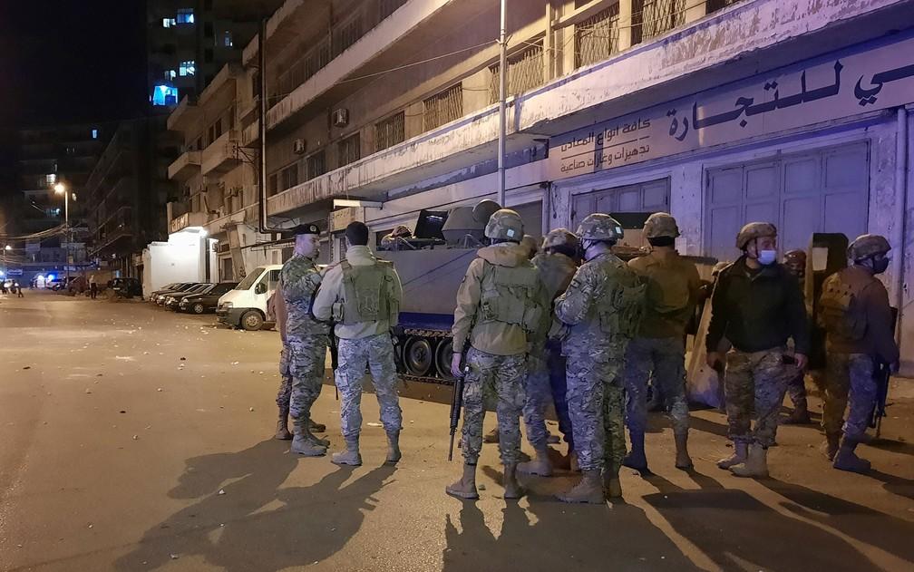 Membros do exército libanês são vistos nas ruas de Tripoli durante protesto contra lockdown, na quarta-feira (27) — Foto: Reuters/Omar Ibrahim