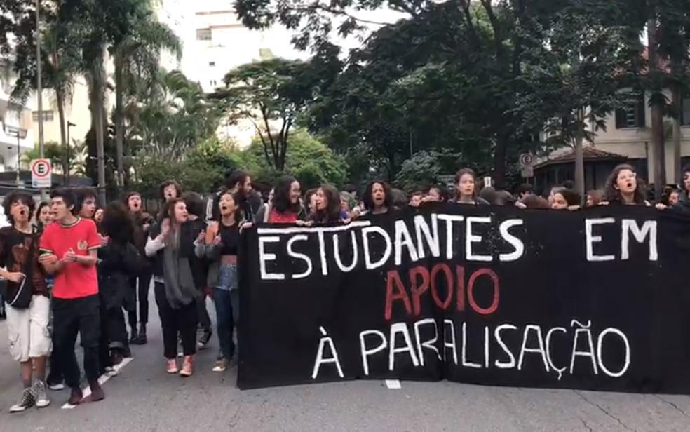 Protesto de estudantes na Avenida Higienópolis — Foto: Graziela Azevedo/TV Globo