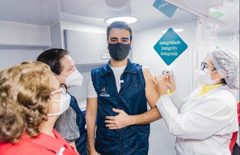 Prefeito de Maceió, JHC é vacinado contra Covid no dia do seu aniversário de 34 anos