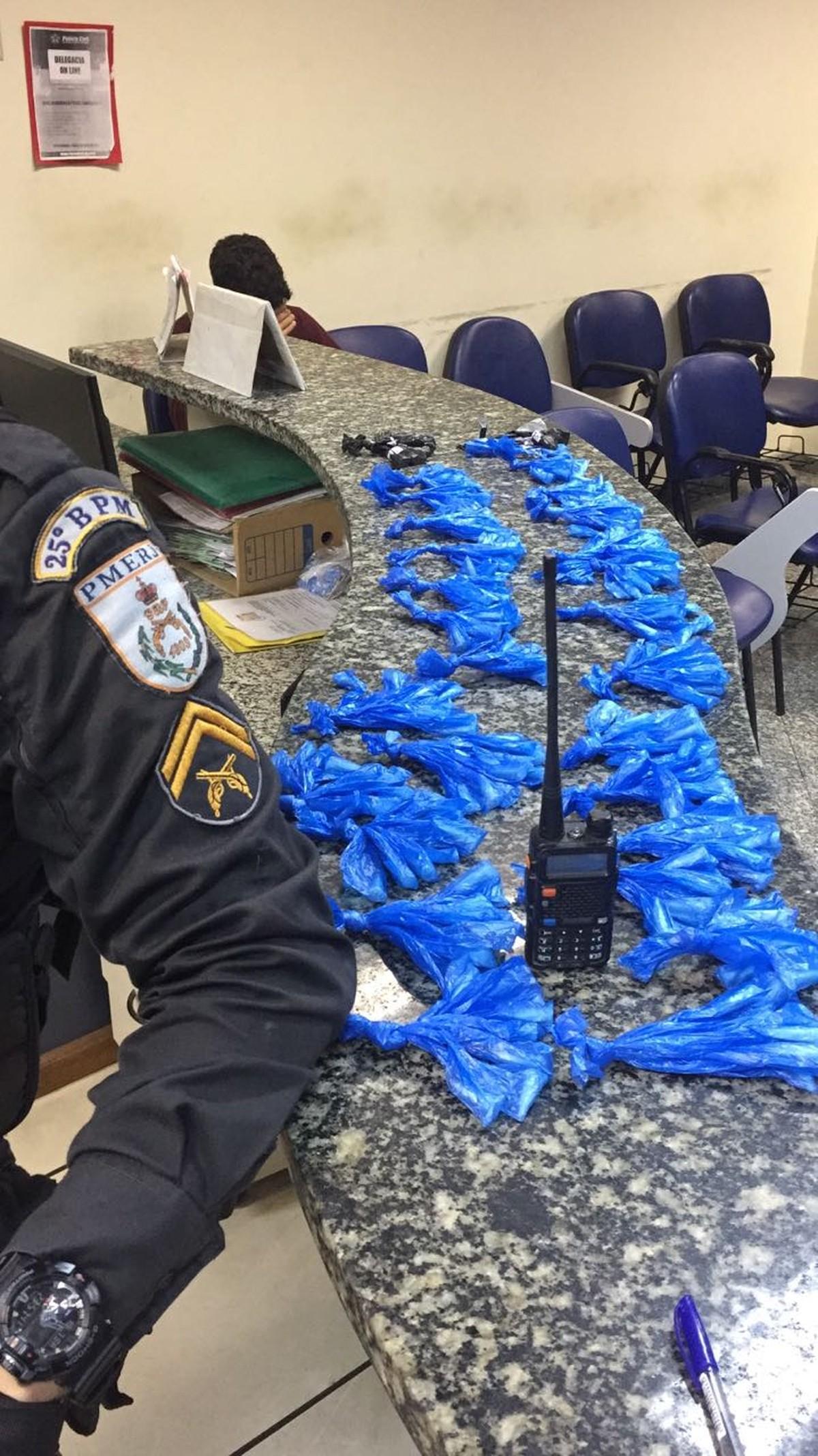 Jovem é detido após tentar fugir com cocaína e rádio transmissor em Cabo Frio, no RJ