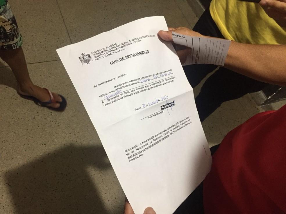 Documento do IML atesta morte da jovem Débora Isis Mendes de Gouveia após corpo ser submetido a exames (Foto: George Arroxelas/G1)