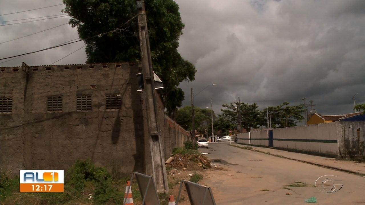 Problema com poste tem causado transtornos aos moradores do Benedito Bentes, em Maceió