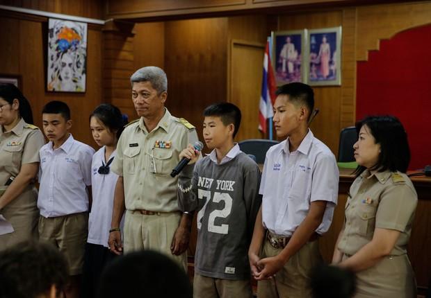 O garoto Chill, de 14 anos e um dos 12 que foram resgatados nos últimos dias após ficarem presos em uma caverna na Tailândia, fala com a imprensa depois da operação (Foto: Lauren DeCicca/Getty Images)