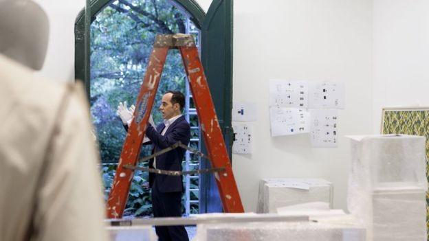 Fidelis diz que remontagem busca 'restituir lugar das obras na história da arte brasileira' (Foto: GABI CARRERA/DIVULGAÇÃO/BBC)