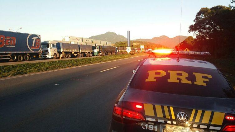bloqueio-caminhões-BR-116 (Foto: Polícia Rodoviária Federal/Agência Brasil)
