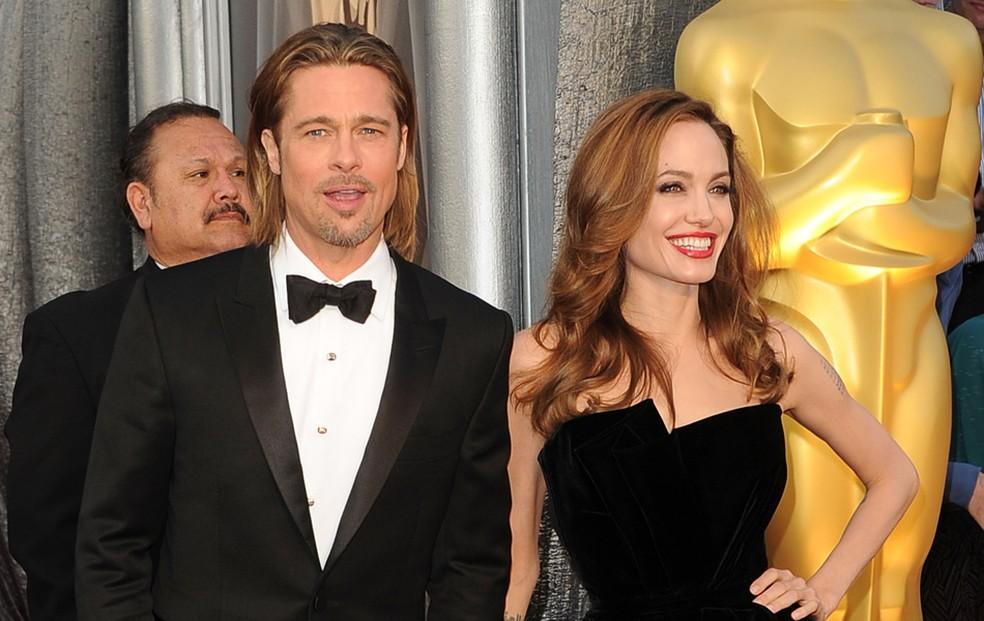 Brad Pitt e Angelina Jolie no tapete vermelho, na chegada ao Oscar 2012. — Foto: Jason Merritt/AFP