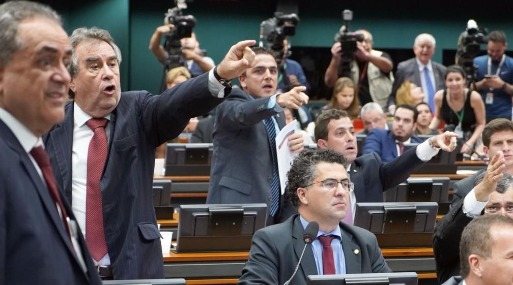 Deputados gesticulam durante discussão sobre reforma da Previdência na CCJ — Foto: Pablo Valadares/Câmara dos Deputados