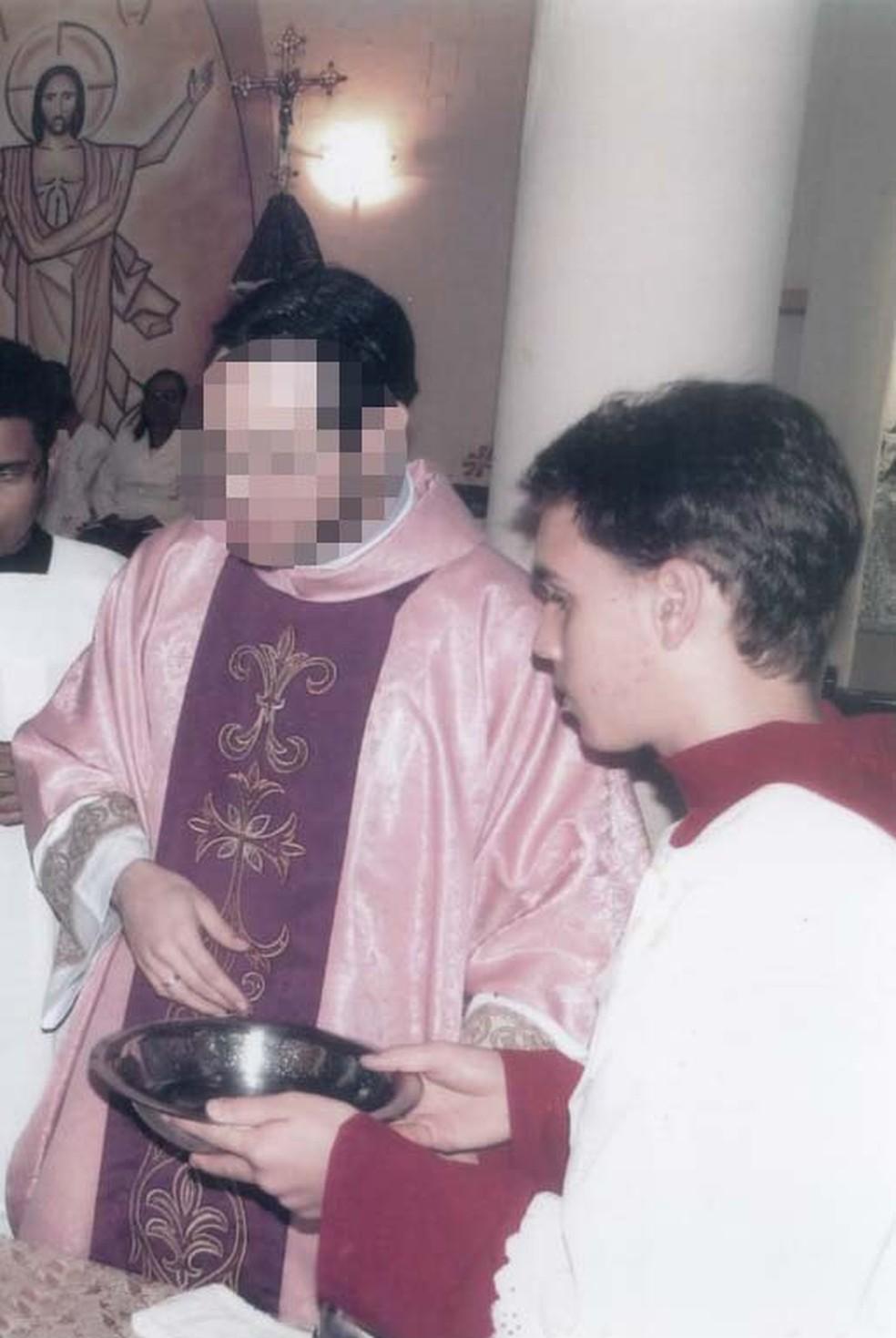 Jovem diz que padre se aproximou quando ele atuava como coroinha na igreja em Guarujá, SP — Foto: Arquivo pessoal