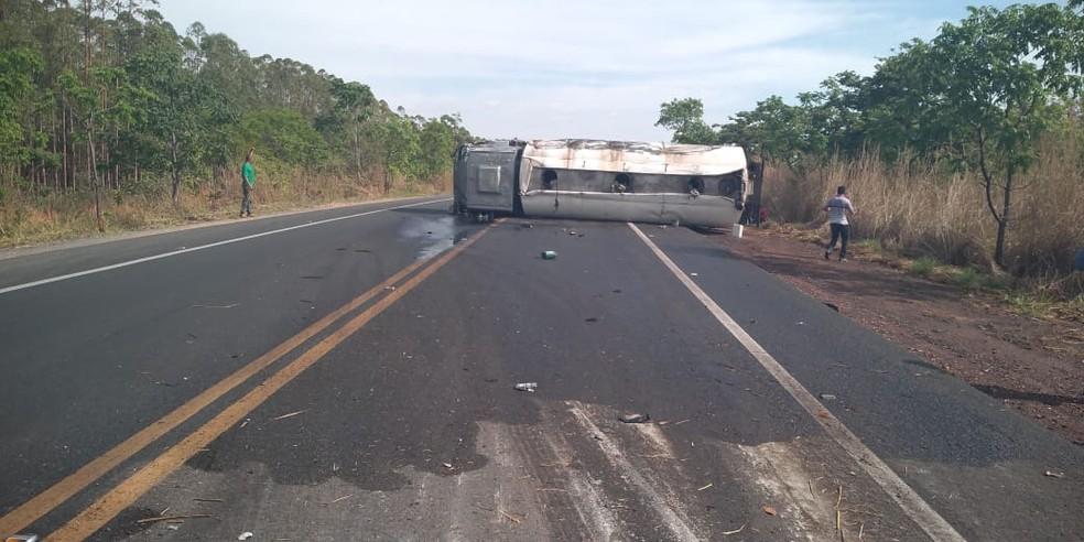Caminhão tombou na altura do km 470 — Foto: Polícia Rodoviária Militar/Divulgação