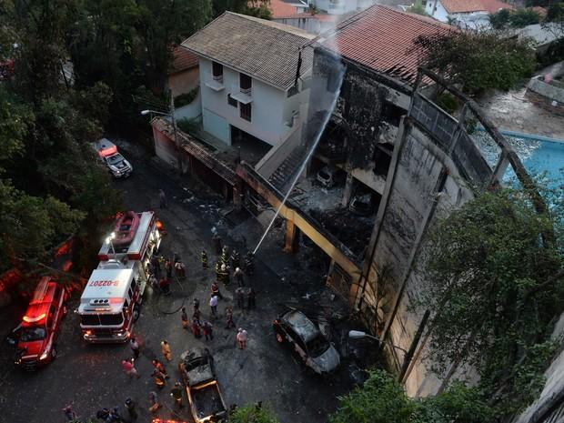 Bombeiros trabalham na área onde um avião monomotor caiu em uma casa no bairro da Casa Verde, em São Paulo, na tarde deste sábado (19) (Foto: Nelson Almeida/AFP)