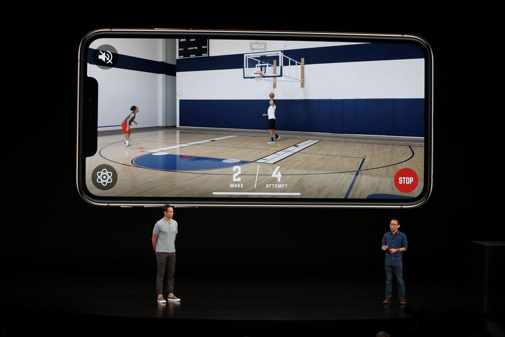 Com sistema até 30% mais veloz que nas versões anteriores, Apple promete jogos mais potentes e realistas nos novos iPhones. — Foto: Stephen Lam/Reuters
