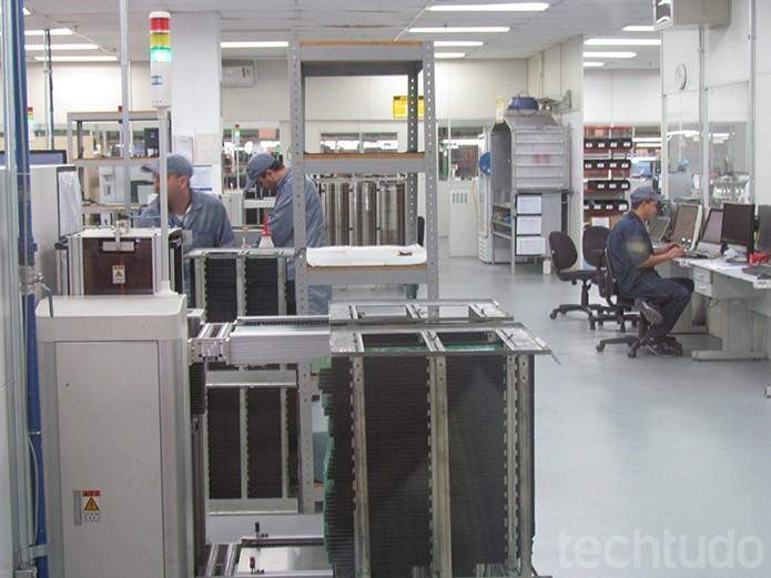 A intervenção humana é pequena na produção de componentes para as placas dos monitores e computadores  (Foto: TechTudo/Paulo Alves)