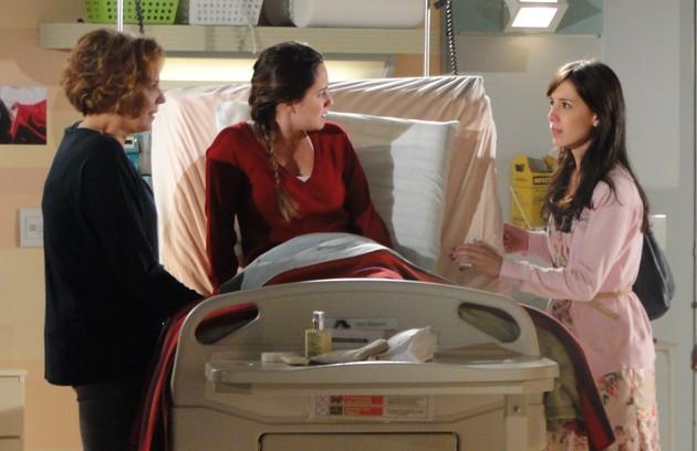Ana Beatriz Nogueira tinha duas filhas  em 'A vida da gente' e não escondia a preferência por Ana (Fernanda Vasconcellos) em detrimento de Manuela (Marjorie Estiano), que tinha uma deficiência física (Foto: TV Globo)