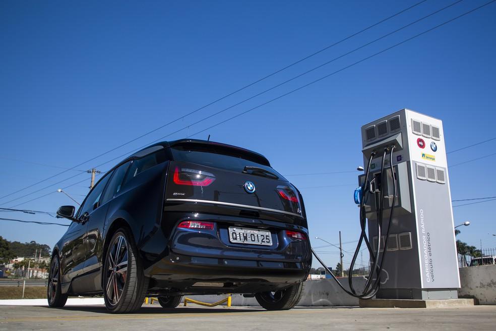 5da3e6137 ... Pontos de recarga para veículos elétricos e híbridos foram instalados  na Rodovia Presidente Dutra — Foto