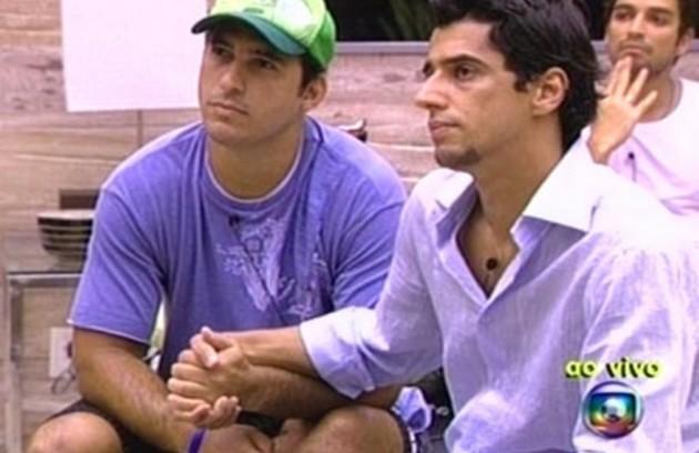 No primeiro sábado do 'BBB' 7, Alberto e Felipe Cobra fizeram um pacto de sangue para selar sua aliança no reality. A atitude pegou mal dentro e fora da casa, e eles levaram uma bronca de Pedro Bial (Foto: Reprodução)