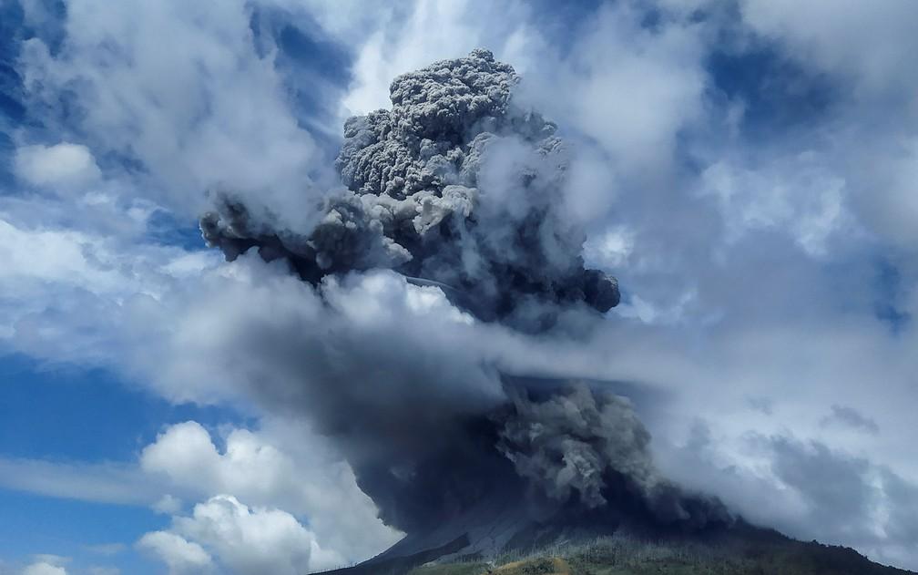 Coluna de fumaça provocada pela erupção do Monte Sinabung, em Sumatra, na Indonésia, na segunda-feira (10) — Foto: Antara Foto/Sastrawan Ginting/via Reuters